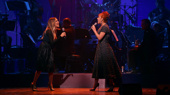 """A perfect double act! Sarah Jessica Parker and Andrea McArdle unite for Annie's """"Tomorrow.""""(Photo: Justin Sullivan/Getty Images)"""